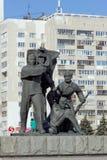 Nizhny Novgorod, Rússia - 14 de março 2017 O grupo escultural é um trabalhador, um soldado e um fazendeiro coletivo perto dos wi  Fotos de Stock