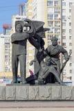 Nizhny Novgorod, Rússia - 14 de março 2017 O grupo escultural é um trabalhador, um soldado e um fazendeiro coletivo perto dos wi  Imagens de Stock