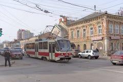 Nizhny Novgorod, Rússia - 25 de março 2016 Rua Ilinskaya do número 1 da rota do bonde da cidade Fotos de Stock