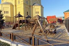 Nizhny Novgorod, Rússia - 16 de novembro 2018 O campo de jogos das crianças perto de Alexander Nevsky Cathedral fotografia de stock