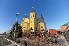 Nizhny Novgorod, Rússia - 16 de novembro 2018 O campo de jogos das crianças perto de Alexander Nevsky Cathedral fotografia de stock royalty free
