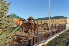 Nizhny Novgorod, Rússia - 16 de novembro 2018 O campo de jogos das crianças perto de Alexander Nevsky Cathedral imagens de stock royalty free