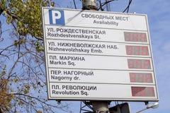 Nizhny Novgorod, Rússia - 30 de setembro 2016 Placa da informação sobre a disponibilidade dos lugares de estacionamento no centro Imagem de Stock