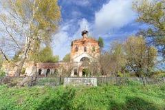 Nizhny Novgorod region, Rosja - Październik 01 2016 Zaniechany Ortodoksalny kościół przy cmentarzem w wiosce Novinki Fotografia Stock