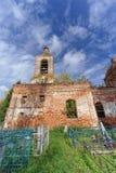 Nizhny Novgorod region, Rosja - Październik 01 2016 Zaniechany Ortodoksalny kościół przy cmentarzem w wiosce Novinki Obrazy Stock