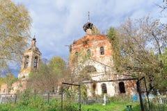 Nizhny Novgorod region, Rosja - Październik 01 2016 Zaniechany Ortodoksalny kościół przy cmentarzem w wiosce Novinki Obraz Royalty Free