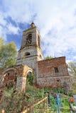 Nizhny Novgorod region, Rosja - Październik 01 2016 Zaniechany Ortodoksalny kościół przy cmentarzem w wiosce Novinki Zdjęcia Stock