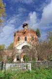 Nizhny Novgorod region, Rosja - Październik 01 2016 Zaniechany Ortodoksalny kościół przy cmentarzem w wiosce Novinki Zdjęcie Royalty Free
