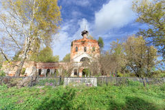 Nizhny Novgorod region, Ryssland - Oktober 01 2016 Övergiven ortodox kyrka på kyrkogården i byn Novinki Arkivbild