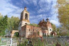 Nizhny Novgorod region, Ryssland - Oktober 01 2016 Övergiven ortodox kyrka på kyrkogården i byn Novinki Arkivfoto
