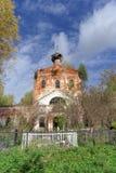 Nizhny Novgorod region, Ryssland - Oktober 01 2016 Övergiven ortodox kyrka på kyrkogården i byn Novinki Fotografering för Bildbyråer