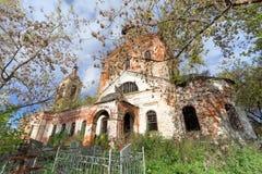 Nizhny Novgorod region, Ryssland - Oktober 01 2016 Övergiven ortodox kyrka på kyrkogården i byn Novinki Royaltyfria Bilder