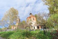 Nizhny Novgorod region, Ryssland - Oktober 01 2016 Övergiven ortodox kyrka på kyrkogården i byn Novinki Arkivfoton