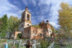 Nizhny Novgorod region, Ryssland - Oktober 01 2016 Övergiven ortodox kyrka på kyrkogården i byn Novinki Royaltyfri Bild