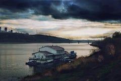 Nizhny Novgorod, rivier, eenzame pijler royalty-vrije stock fotografie