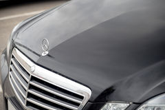 Nizhny Novgorod Rosja, Wrzesień, - 14, 2016: Czarna czapeczka, kaloryferowego grille Mercedez samochód logo fotografia royalty free