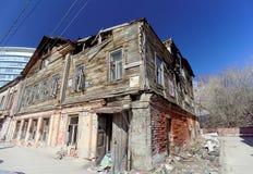 Nizhny Novgorod, Rusia - 7 de abril 2016 Abandonado quemado una casa de dos pisos de madera en la calle Kovalikhinskaya 10 Fotos de archivo