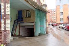 Nizhny Novgorod, Rusia - 4 de abril 2016 La entrada al estacionamiento subterráneo de un edificio de varios pisos Fotos de archivo
