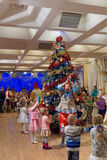 Nizhny Novgorod, Rusia - 8 de enero 2017 Celebración del Año Nuevo del ` s de los niños en el teatro de la marioneta de Nizhny No Foto de archivo libre de regalías