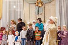 Nizhny Novgorod, Rusia - 8 de enero 2017 Celebración del Año Nuevo del ` s de los niños en el teatro de la marioneta de Nizhny No Fotos de archivo
