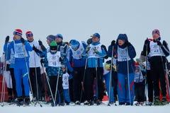NIZHNY NOVGOROD, RUSIA - 11 DE FEBRERO DE 2017: Ski Competition Russia 2017 Azul, tarjeta, huésped, embarque, ejercicio, extremo, Foto de archivo libre de regalías