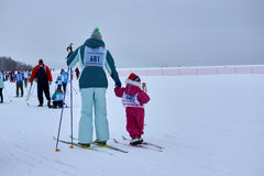 NIZHNY NOVGOROD, RUSIA - 11 DE FEBRERO DE 2017: Ski Competition Russia 2017 Azul, tarjeta, huésped, embarque, ejercicio, extremo, Imagenes de archivo