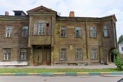 Nizhny Novgorod, Rusia - 14 de julio 2016 Casa de madera de dos pisos residencial vieja en la calle 4A de Slavyanskaya Foto de archivo libre de regalías