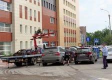 Nizhny Novgorod, Rusia - 14 de julio 2016 La grúa municipal evacua el coche mal parqueado en la calle 117 de Maxim Gorky Fotografía de archivo