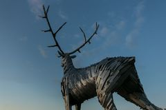 Nizhny Novgorod, Rusia 25 de julio de 2017: metal la escultura de un ciervo en el terraplén El símbolo de la ciudad Fotografía de archivo libre de regalías