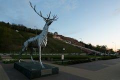 Nizhny Novgorod, Rusia 25 de julio de 2017: metal la escultura de un ciervo en el terraplén El símbolo de la ciudad Foto de archivo libre de regalías