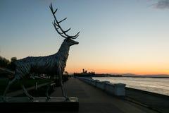 Nizhny Novgorod, Rusia 25 de julio de 2017: metal la escultura de un ciervo en el terraplén El símbolo de la ciudad Imagen de archivo libre de regalías