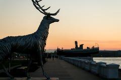 Nizhny Novgorod, Rusia 25 de julio de 2017: metal la escultura de un ciervo en el terraplén El símbolo de la ciudad Fotos de archivo libres de regalías