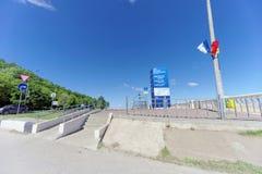 Nizhny Novgorod, Rusia - 15 de junio 2018 El principio del terraplén nuevamente construido de Nizhnevolzhskaya en los bancos de Imagenes de archivo