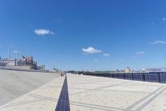 Nizhny Novgorod, Rusia - 15 de junio 2018 El terraplén nuevamente construido de Nizhnevolzhskaya en los bancos del río de Oka Imagen de archivo