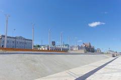 Nizhny Novgorod, Rusia - 15 de junio 2018 El terraplén nuevamente construido de Nizhnevolzhskaya en los bancos del río de Oka Foto de archivo
