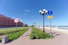 Nizhny Novgorod, Rusia - 15 de junio 2018 El terraplén nuevamente construido de Nizhnevolzhskaya en los bancos del río de Oka Imágenes de archivo libres de regalías