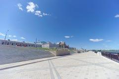 Nizhny Novgorod, Rusia - 15 de junio 2018 El terraplén nuevamente construido de Nizhnevolzhskaya en los bancos del río de Oka Imagen de archivo libre de regalías