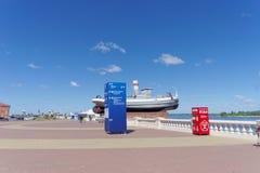 Nizhny Novgorod, Rusia - 15 de junio 2018 El terraplén nuevamente construido de Nizhnevolzhskaya en los bancos del río Volga Fotografía de archivo libre de regalías