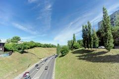 Nizhny Novgorod, Rusia - 30 de junio 2016 La pendiente de Pokhvalinsky Visión desde el puente peatonal abajo al río de Oka Fotos de archivo libres de regalías