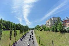 Nizhny Novgorod, Rusia - 30 de junio 2016 La pendiente de Pokhvalinsky Visión desde el puente peatonal abajo al río de Oka Foto de archivo