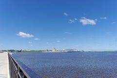 Nizhny Novgorod, Rusia - 15 de junio 2018 Una vista del aire abierto las flechas entrecruza el Oka y el Volga Foto de archivo