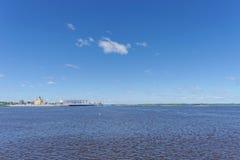 Nizhny Novgorod, Rusia - 15 de junio 2018 Una vista del aire abierto las flechas entrecruza el Oka y el Volga Foto de archivo libre de regalías
