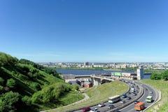 Nizhny Novgorod, Rusia - 28 de junio 2016 Visión desde la colina en la pendiente al puente del metro Fotos de archivo