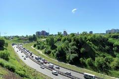 Nizhny Novgorod, Rusia - 28 de junio 2016 Visión desde la colina en la pendiente al puente del metro Foto de archivo libre de regalías
