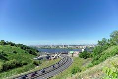 Nizhny Novgorod, Rusia - 28 de junio 2016 Visión desde la colina en la pendiente al puente del metro Imagenes de archivo