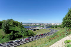 Nizhny Novgorod, Rusia - 28 de junio 2016 Visión desde la colina en la pendiente al puente del metro Fotografía de archivo libre de regalías