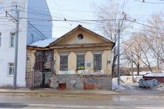 Nizhny Novgorod, Rusia - 11 de marzo 2017 Casa de piedra residencial que se derrumba vieja con la calle de madera 89 de Ilinskaya Foto de archivo libre de regalías