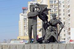 Nizhny Novgorod, Rusia - 14 de marzo 2017 El grupo escultural es trabajador, soldado y granjero colectivo cerca de los wi del ped Imágenes de archivo libres de regalías
