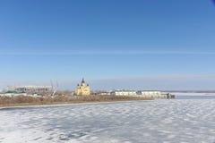 Nizhny Novgorod, Rusia - 14 de marzo 2017 La catedral de Alexander Nevsky y la construcción de un estadio de fútbol Imagen de archivo libre de regalías