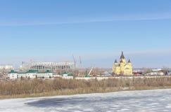 Nizhny Novgorod, Rusia - 14 de marzo 2017 La catedral de Alexander Nevsky y la construcción de un estadio de fútbol Imagenes de archivo